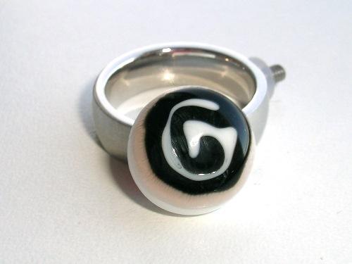 Ringtop spiraal, wit en zwart, handgemaakt glas