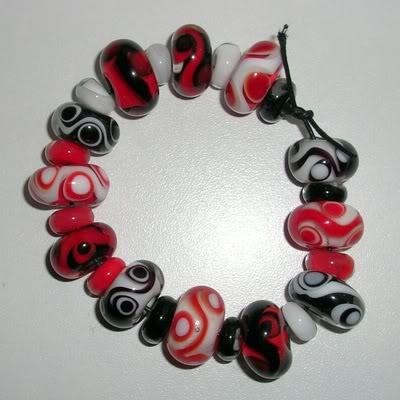 Kralenset en rood, zwart en wit. 24 kralen
