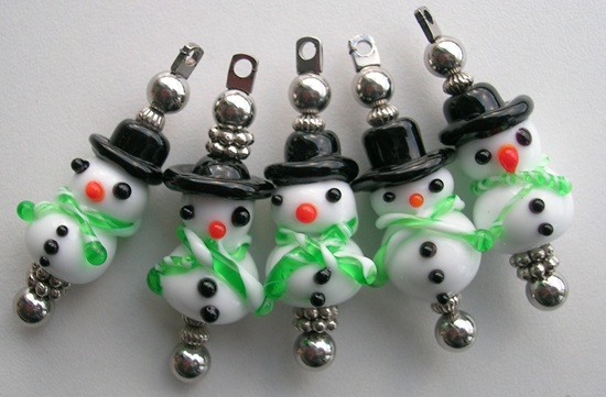 Sneeuwpoppen uit glas, glaskralen gemaakt door Just a drop of water
